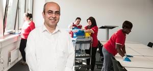 Harun Akelevi ist gebürtiger Türke. Seit 1991 schaffte er im hamburger Gebäudereinigerunternehmen GRG den Aufstieg vom Reiniger zum Kundenbetreuer.