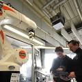 Die Firma Loll Feinmechanik setzt in der Ausbildung auf modernste Technik, wie dieser Roboter.